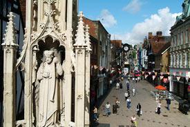 główny deptak miasta - na pierwszym planie figura zw. buttercross