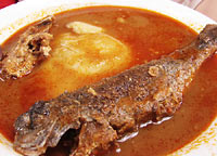 ostra zupa rybna z rybą i <em>fufu</em>
