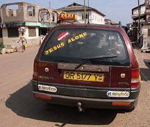 napis na samochodzie