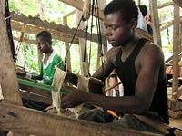 tkacz kente przy pracy