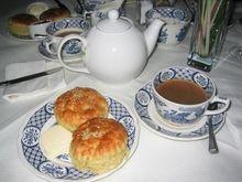 Herbata i scones z masłem
