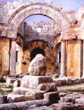 Ruiny Bazyliki św. Szymona Słupnika z fragmentem kolumny, na której mnich pędził ascetyczne życie