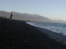 Czarna, kamienista plaża w Kaikoura