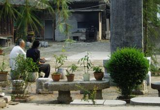 Dwaj mnisi przed Świątynią Opiekuńczego Bóstwa w Xianie