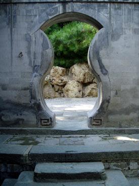 Przejście przez mur w Ogrodach Pałacu Letniego